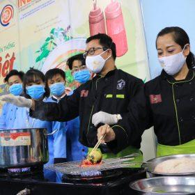 Sinh viên Việt Giao khám phá ẩm thực truyền thống cùng Hoa Hồi Vàng